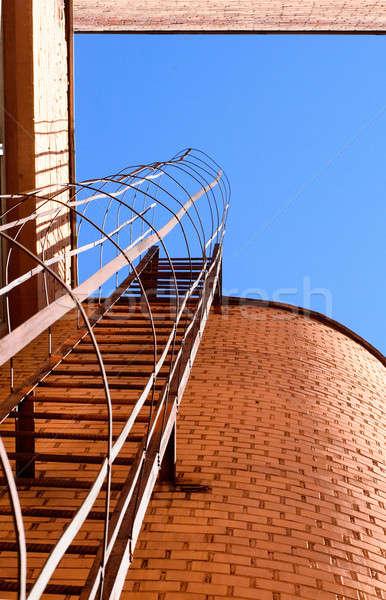 Endüstriyel merdiven mavi gökyüzü tuğla duvarlar Bina Stok fotoğraf © AlisLuch
