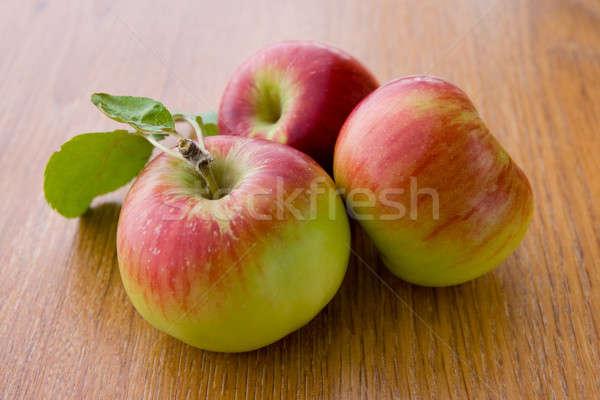 Güzel sulu elma yaprakları meşe tahta Stok fotoğraf © All32