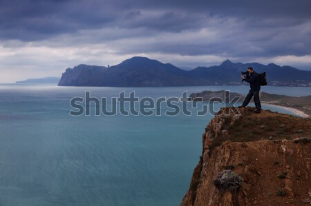 Fotós tengeri kilátás perem szirt tavasz férfi Stock fotó © All32