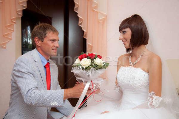Noivo noiva buquê de casamento flores sorrir casamento Foto stock © All32