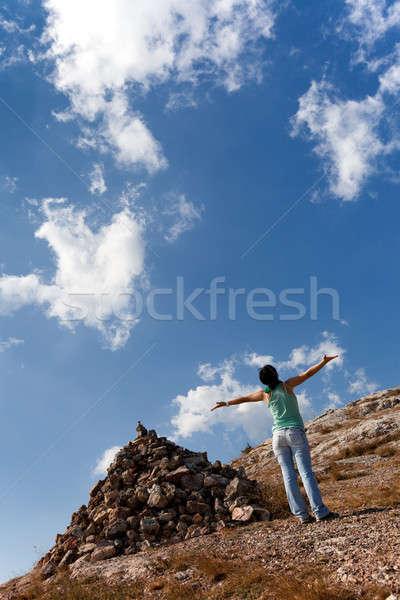 Meisje handen omhoog stenen hemel wolken Stockfoto © All32
