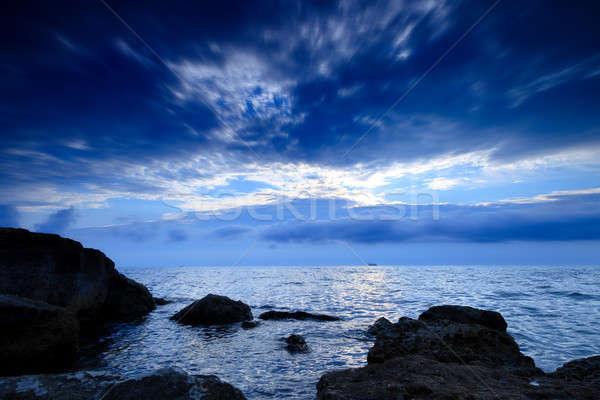 Kustlijn avond zee rotsen hemel wolken Stockfoto © All32