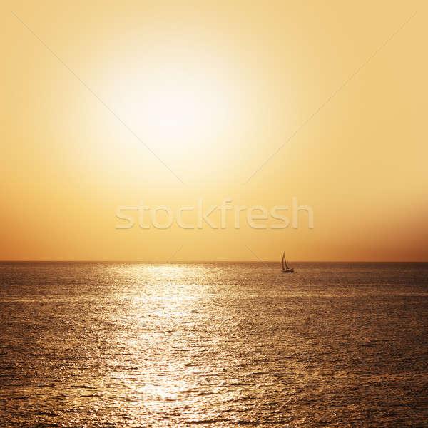 Boot zeilen zee zonsondergang klein hemel Stockfoto © All32