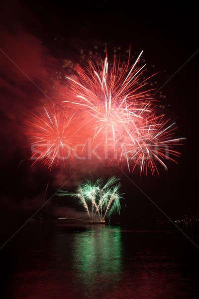 Czerwony fajerwerków nieba kolorowy niebo wody Zdjęcia stock © All32