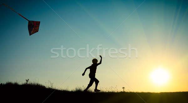 Nino ejecutando cometa cielo azul sol cielo Foto stock © All32