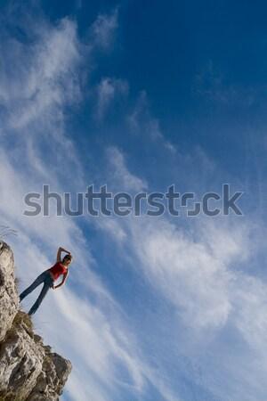 Fiatal lány perem szirt égbolt felhők lány Stock fotó © All32