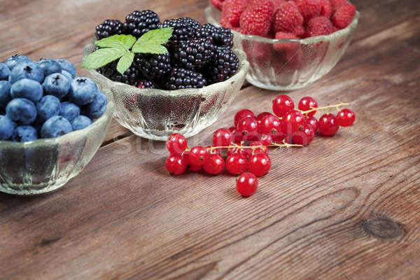 Fructe de padure masa de lemn farfurioara fruct grădină grup Imagine de stoc © All32