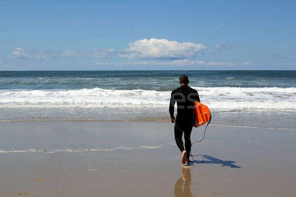 Surfing człowiek na zewnątrz surfowania California wybrzeża Zdjęcia stock © allihays