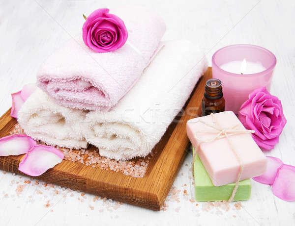 Foto d'archivio: Bagno · asciugamani · candela · sapone · rosa · rose