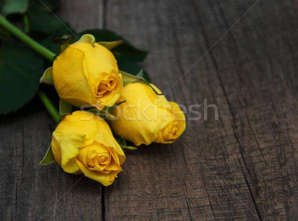 żółty róż tabeli starych drewniany stół kwiat Zdjęcia stock © almaje