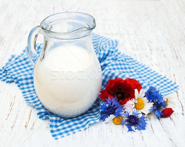 Sürahi süt kır çiçekleri eski ahşap çiçek Stok fotoğraf © almaje