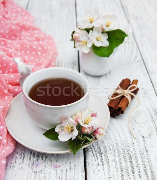 Kubek herbaty jabłko kwiaty drewniany stół kwiat Zdjęcia stock © almaje