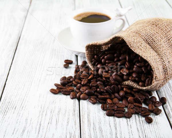 Kahve fincanı fasulye eski ahşap masa arka plan tablo Stok fotoğraf © almaje