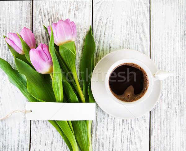 Сток-фото: тюльпаны · букет · чашку · кофе · деревянный · стол · бумаги
