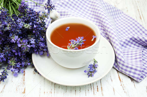 Tasse Tee Lavendel Blumen alten Holz Stock foto © almaje