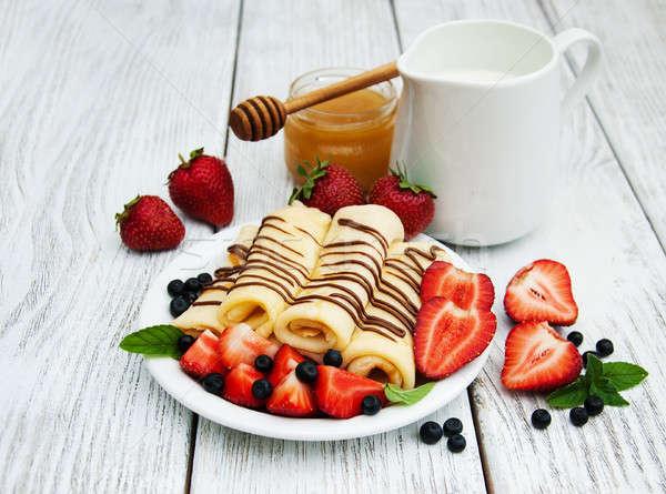 Morangos chocolate molho panquecas mirtilos fruto Foto stock © almaje