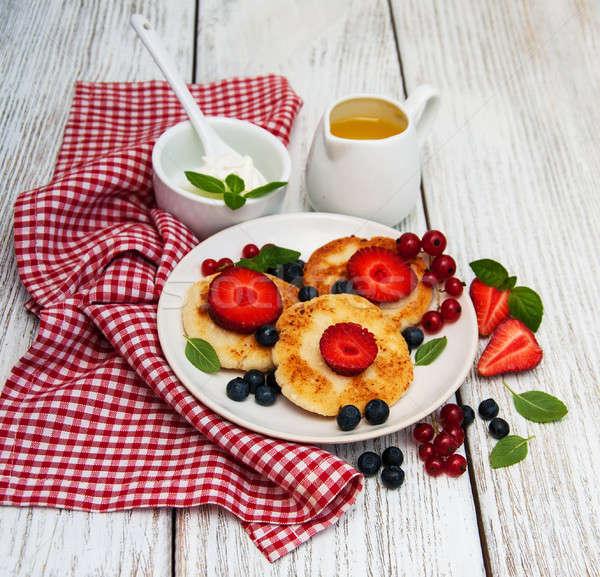 Cottage cheese pannenkoek bessen houten tafel voedsel keuken Stockfoto © almaje