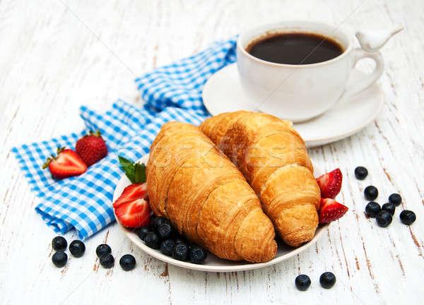 Vers bessen koffie croissant houten achtergrond Stockfoto © almaje