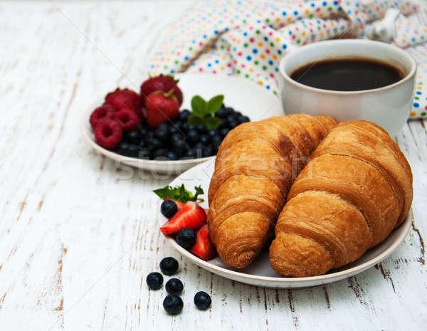 Stockfoto: Vers · bessen · koffie · croissant · houten · achtergrond