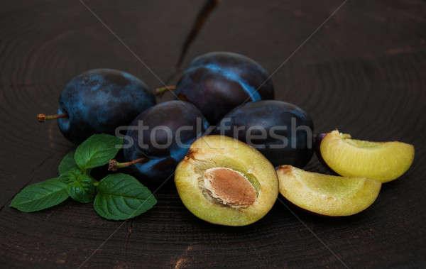 Vers pruimen groene bladeren oude zwarte houten Stockfoto © almaje