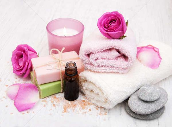 Fürdőkád törölközők rózsaszín rózsák öreg fából készült Stock fotó © almaje