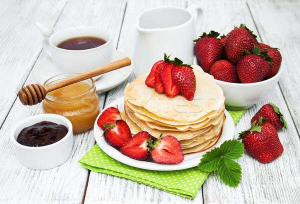Foto stock: Fresas · leche · taza · té · edad