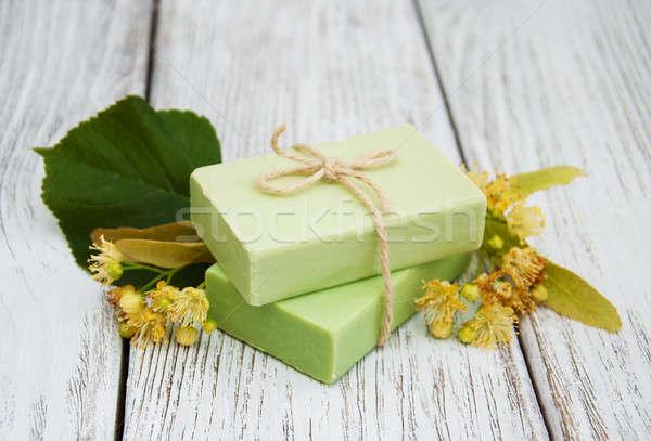 El yapımı sabun çiçekler eski ahşap masa Stok fotoğraf © almaje