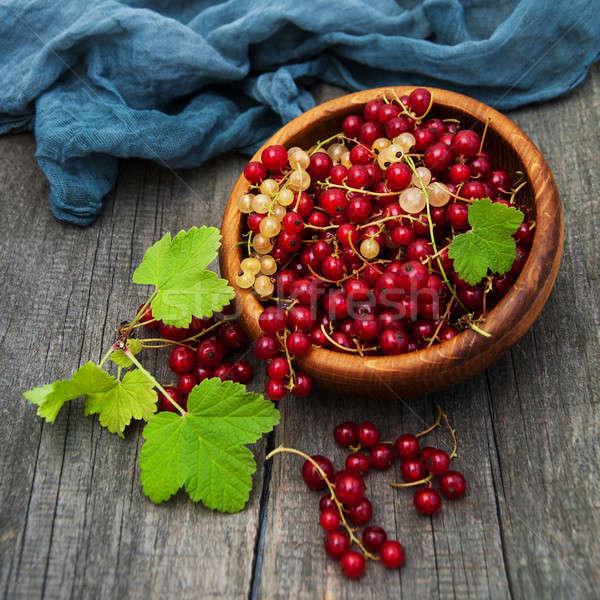 çanak kırmızı frenk üzümü eski ahşap masa ahşap Stok fotoğraf © almaje