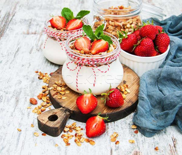 йогурт гранола завтрак клубники здоровья молоко Сток-фото © almaje