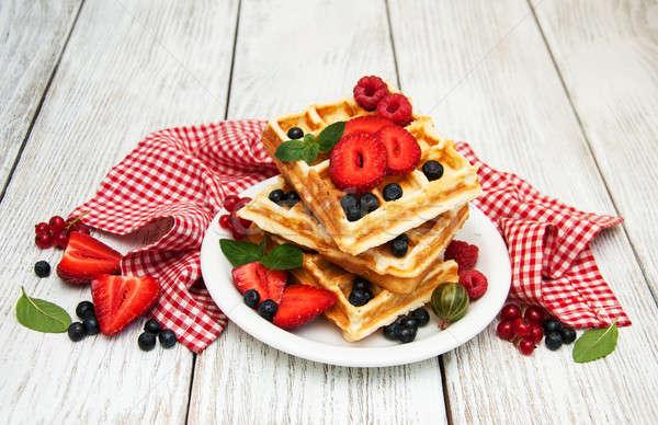 Fresche frutti di bosco vecchio tavolo in legno frutta sfondo Foto d'archivio © almaje