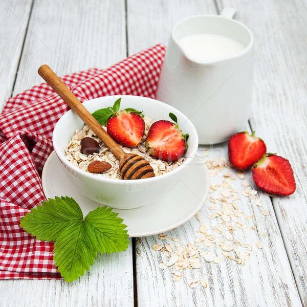 Müsli aardbeien melk honing oude houten tafel Stockfoto © almaje