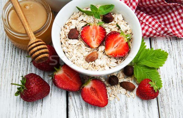 Müsli aardbeien honing oude houten tafel voedsel Stockfoto © almaje