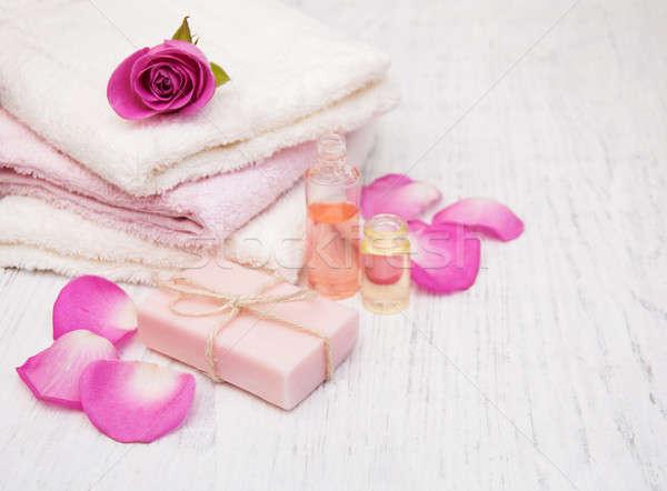 Foto stock: Bano · toallas · jabón · rosa · rosas · edad