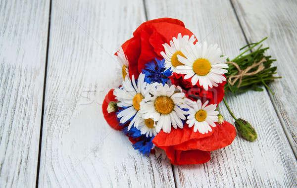 Virágcsokor vadvirágok pipacsok százszorszépek virág terv Stock fotó © almaje