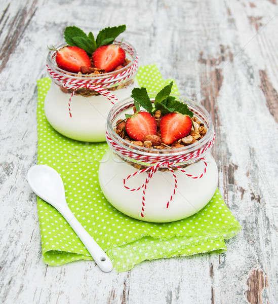 Iogurte granola café da manhã morangos saúde leite Foto stock © almaje