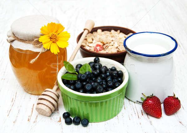 Müsli bessen honing melk oude houten Stockfoto © almaje