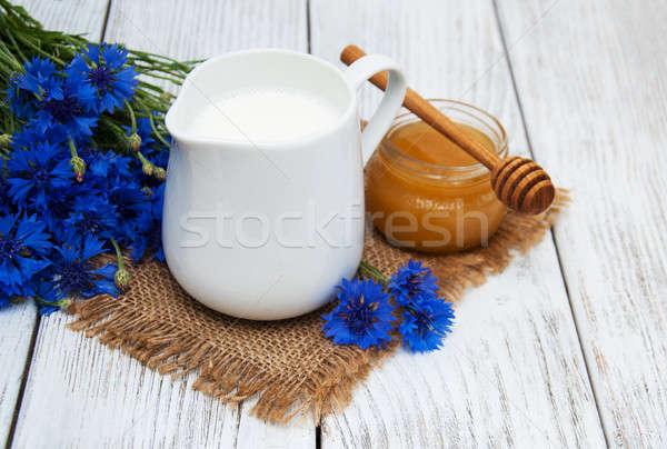 Сток-фото: банку · молоко · старые · деревянный · стол · цветок · природы