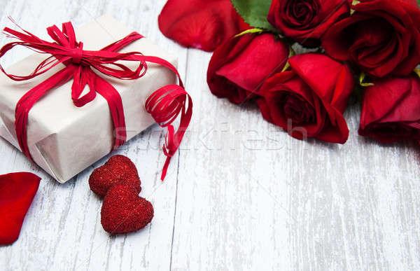 Rosas rojas caja de regalo flor textura corazón Foto stock © almaje