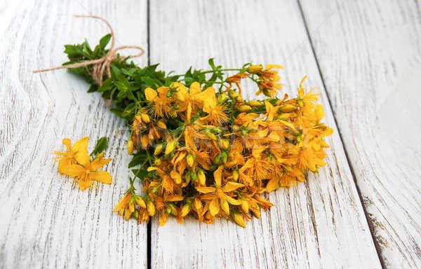 Tablo çiçekler eski ahşap masa çiçek tıbbi Stok fotoğraf © almaje
