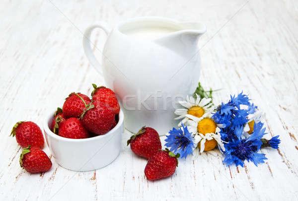 Brocca latte fragole fiori di campo vecchio Foto d'archivio © almaje