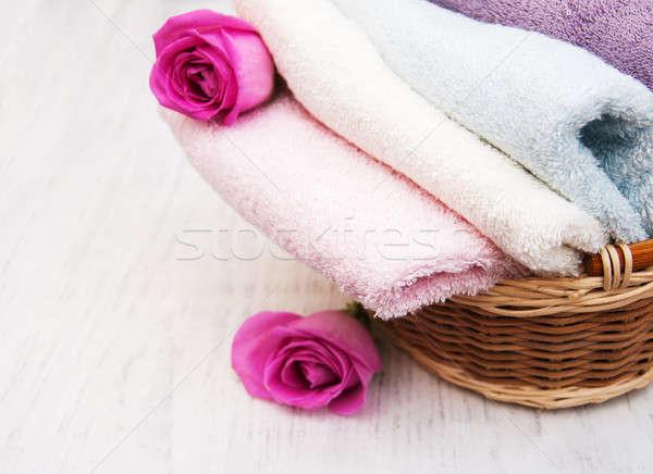Stock fotó: Fürdőkád · törölközők · rózsaszín · rózsák · öreg · fából · készült