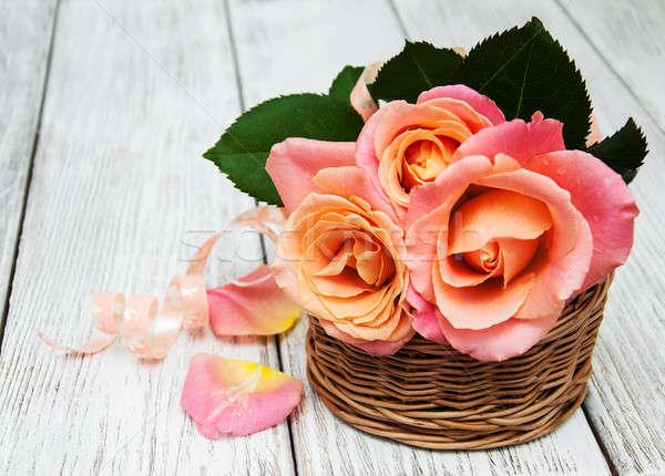 Kosár rózsaszín rózsák öreg fehér fából készült Stock fotó © almaje