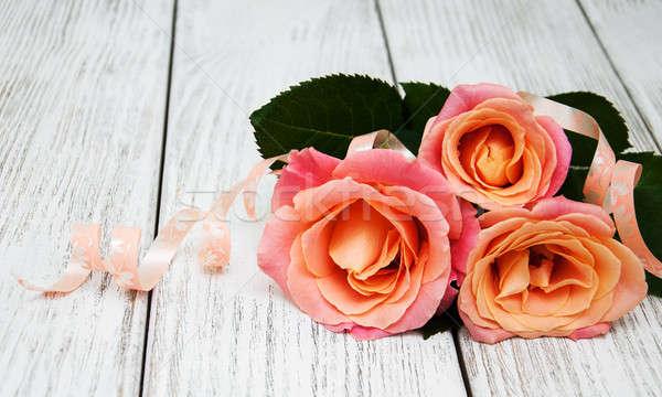 Rózsaszín rózsák fából készült három öreg fehér Stock fotó © almaje