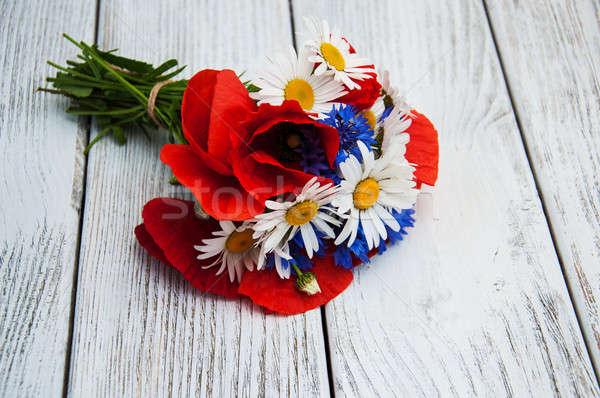 Virágcsokor vadvirágok pipacsok százszorszépek háttér nyár Stock fotó © almaje