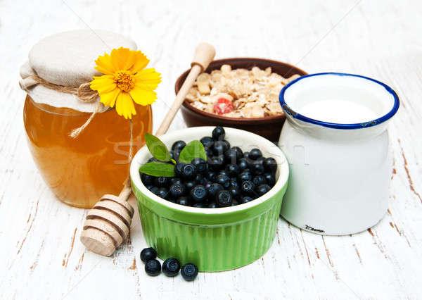 Muesli frutti di bosco miele latte vecchio legno Foto d'archivio © almaje