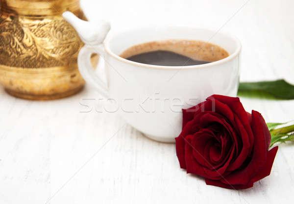Foto d'archivio: Cup · caffè · rose · rosse · legno · amore · foglia