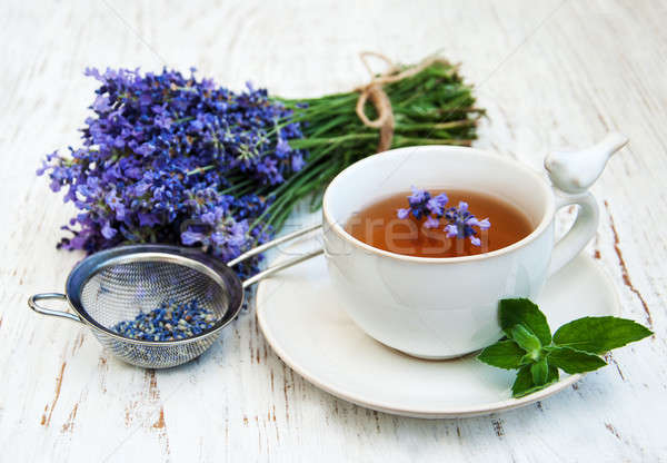 Beker thee lavendel bloemen oude houten Stockfoto © almaje