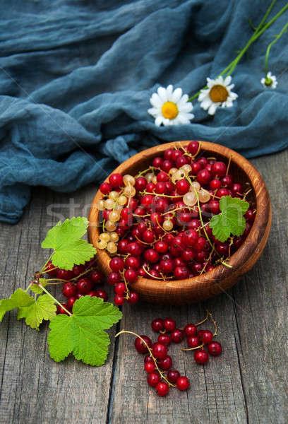 Tazón rojo grosella edad mesa de madera madera Foto stock © almaje