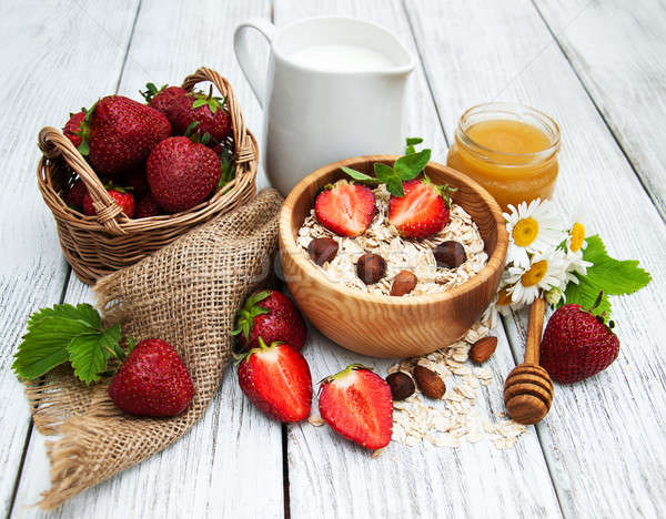 Muesli fragole latte miele vecchio tavolo in legno Foto d'archivio © almaje