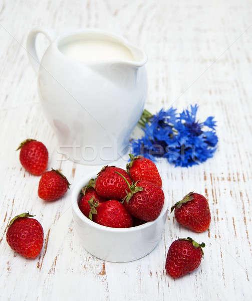 Sürahi süt çilek kır çiçekleri eski Stok fotoğraf © almaje